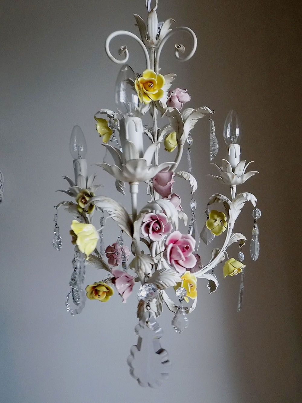 ITALIAN VINTAGE TOLE CHANDELIER WITH PORCELAIN FLOWERS - Italian Vintage Chandelier With Porcelain Flowers - Lorella Dia